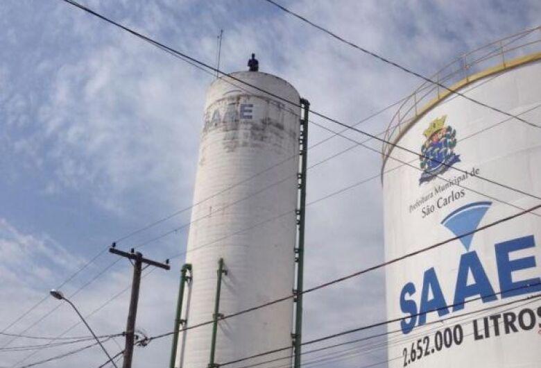 """""""São Carlos tem centenas de vazamentos enquanto população fica sem água em casa"""", reclama vereador Dimitri"""