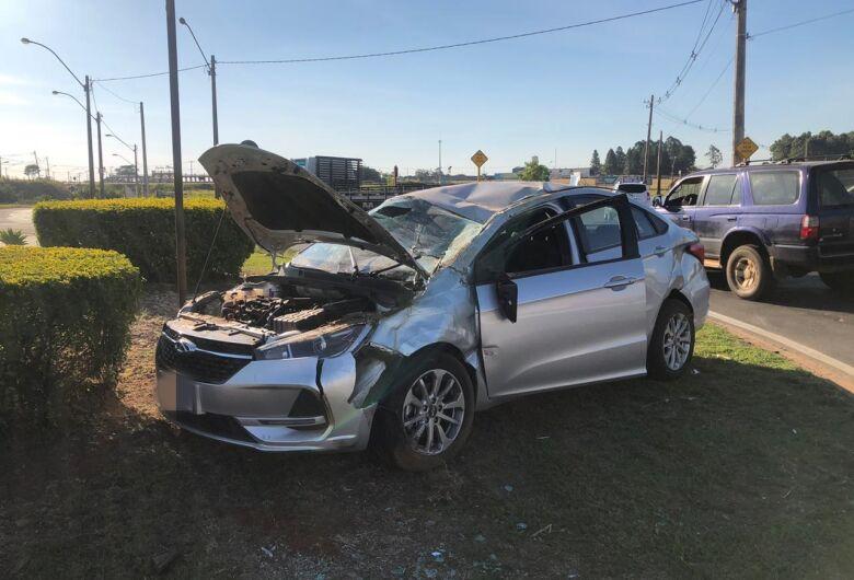 Após colisão, carro capota na Miguel Petroni