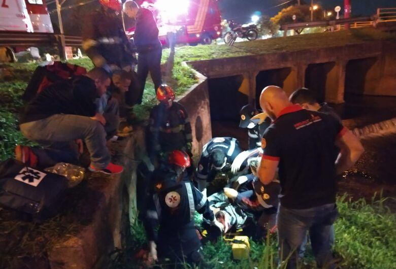Motociclista cai em córrego na região do Kartódromo