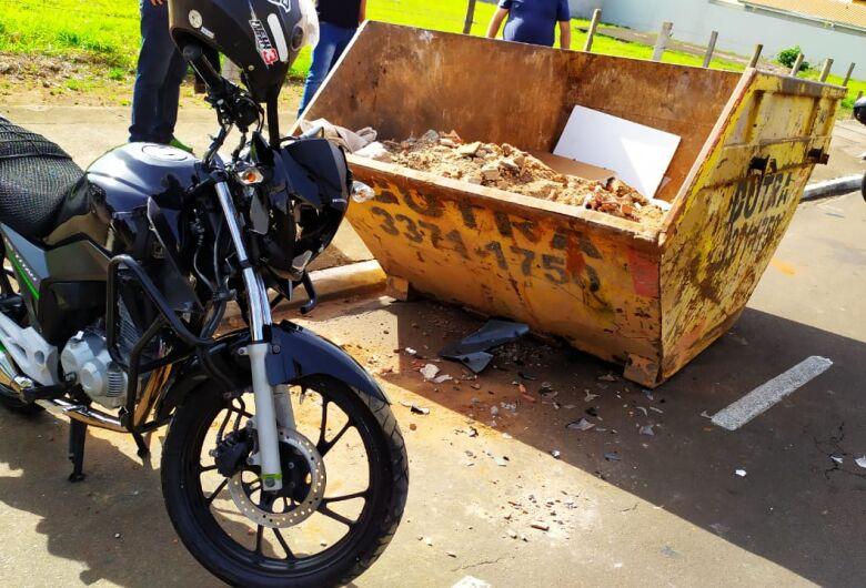 Motoboy vai parar dentro de caçamba no Jardim Bandeirantes