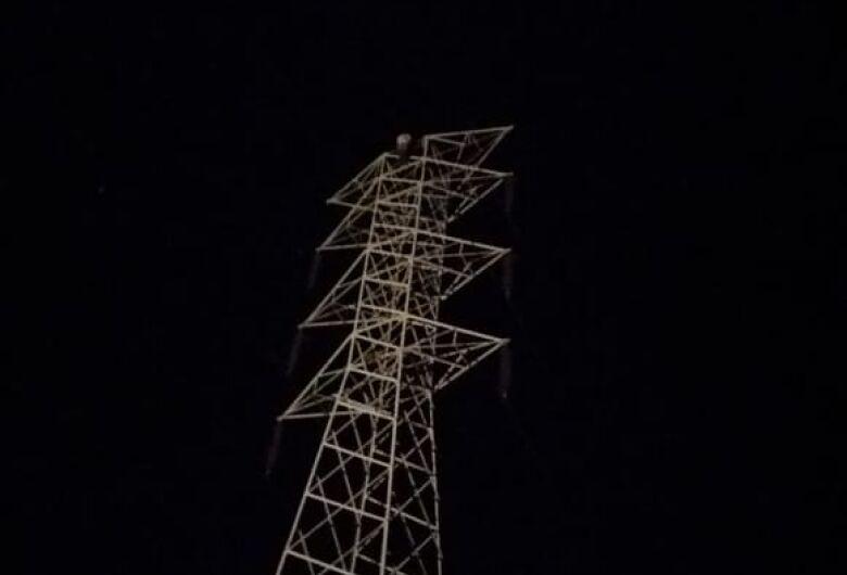Energia é reativada após mulher descer de torre em Descalvado