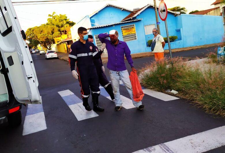 Morador de rua é agredido após derrubar motoboy da motocicleta