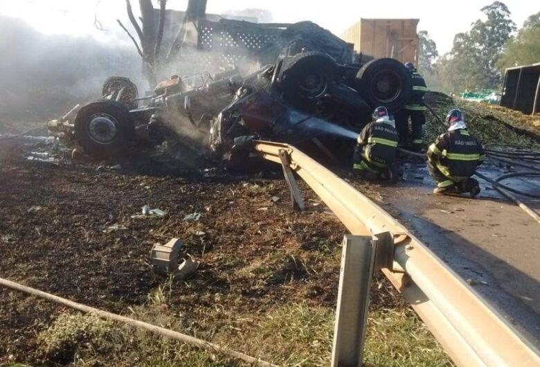 Acidente entre caminhões deixa dois mortos na SP-330