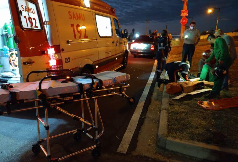Motociclista sofre fratura exposta após ser atingido por carro na rotatória da Getúlio Vargas