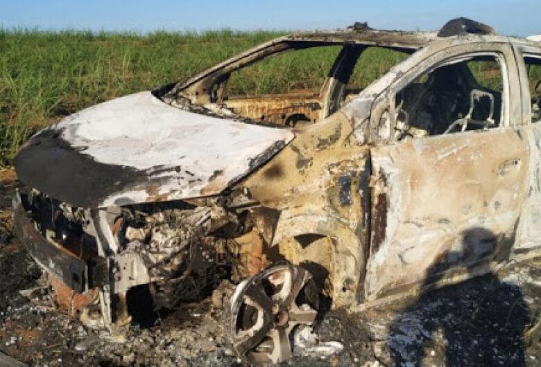 Carro usado em roubo a shopping é encontrado queimado em Araraquara
