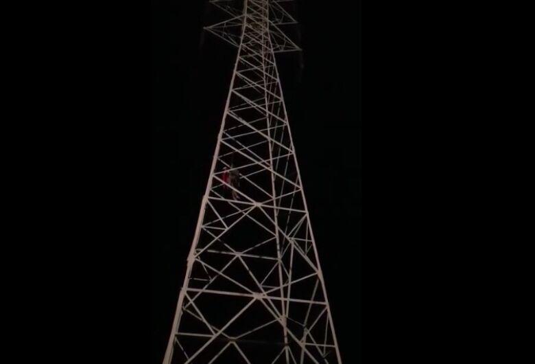 Vídeo mostra resgate de mulher que subiu em torre na área rural de Descalvado