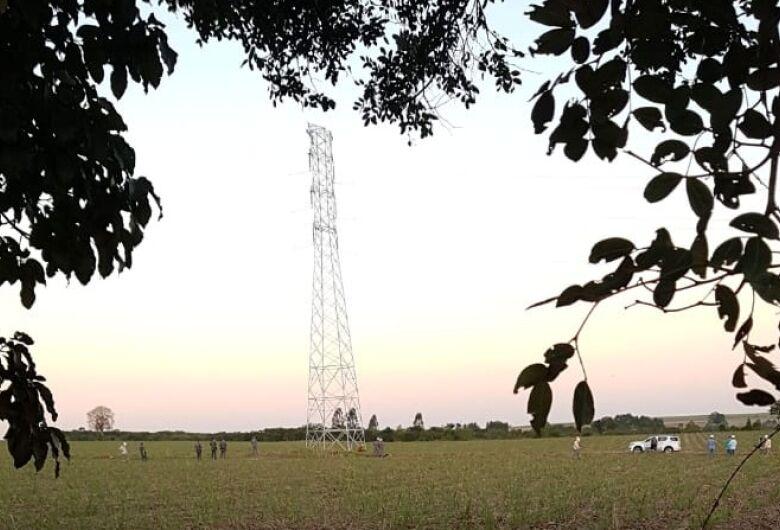 Mulher sobe em torre de transmissão e pelo menos três cidades ficam sem energia