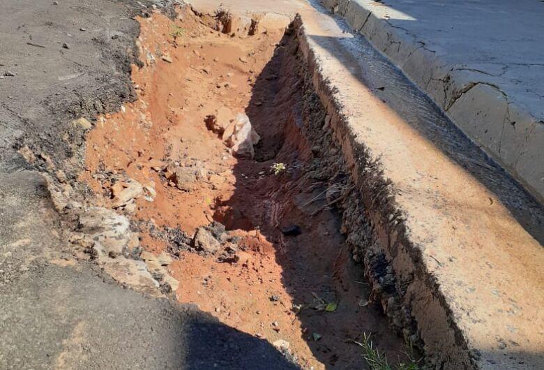 Buracos enormes causam irritação em moradores do Jardim Hikare
