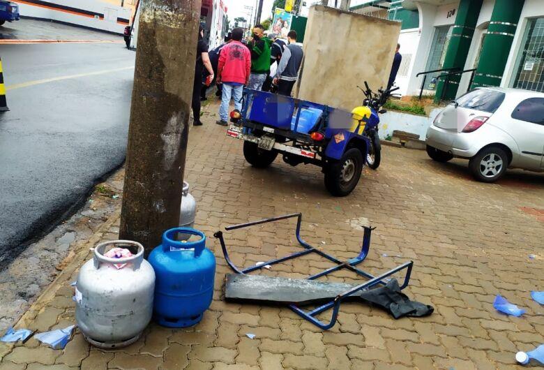 Entregador de gás perde controle da moto e colide em poste