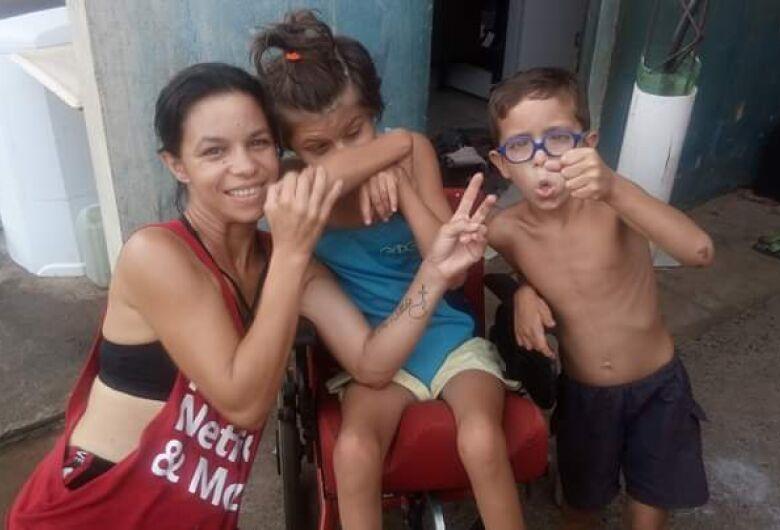 Adolescente com autismo e microcefalia precisa de fraldas; família são-carlense pede ajuda