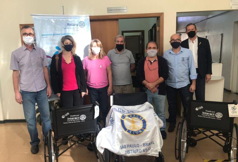 Entidades recebem doação de cadeiras de rodas
