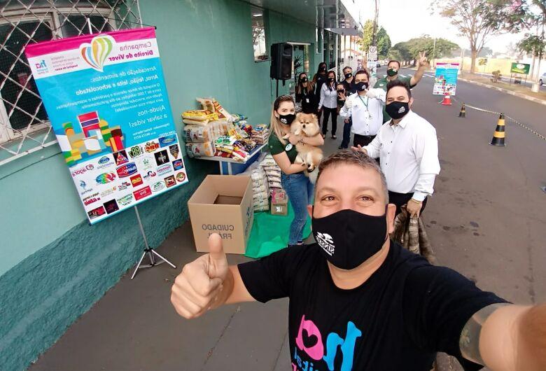 """""""Direito de Viver"""" arrecada 1.100 quilos de alimentos em drive-trhu solidário"""