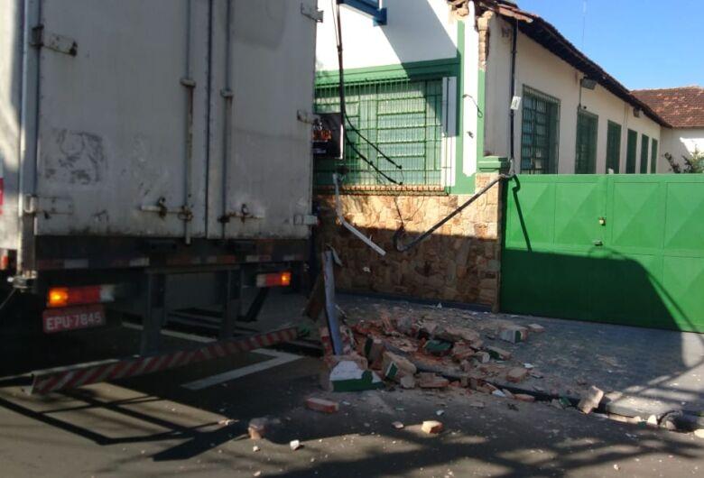 Caminhão-baú esbarra em fiação elétrica e deixa casas sem energia