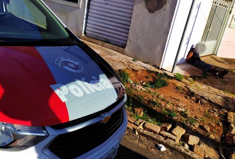 Trabalhadores imobilizam homem em atitude suspeita dentro de uma casa na Vila Prado