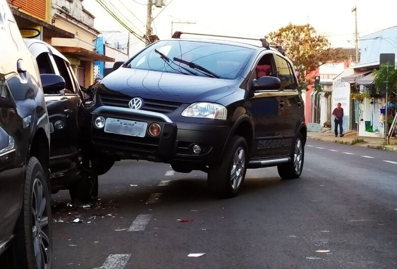 Acidente envolve três veículos no Centro de São Carlos