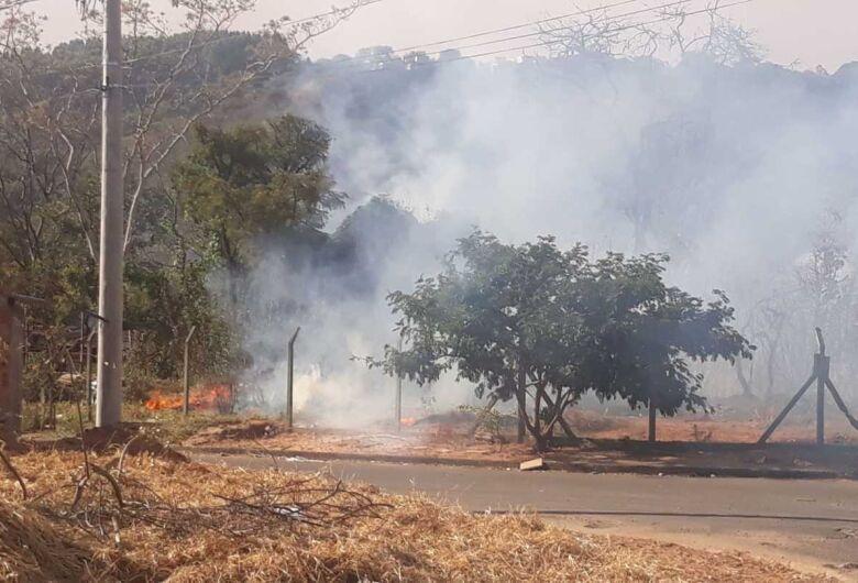 Incêndio atinge área de mata e assusta moradores no Cidade Aracy e Abdelnur