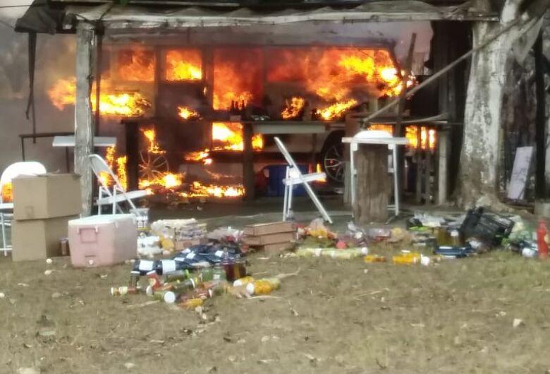 Fogo destrói Kombi de garapeiro na Washington Luis