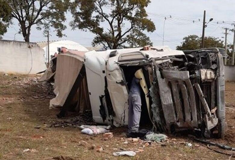 Após invadir pista contrária, carreta bate em muro e tomba na Anhanguera