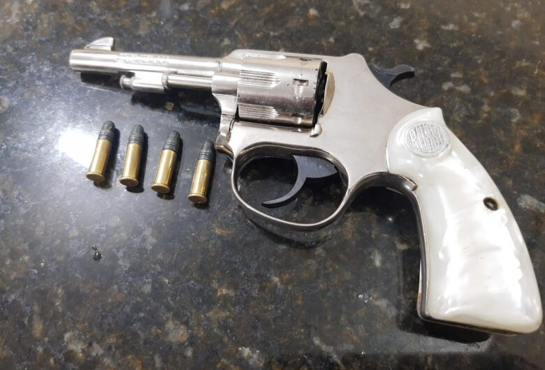 Suspeito é detido com arma e confessa que pretendia assaltar residência na Vila Lutfalla