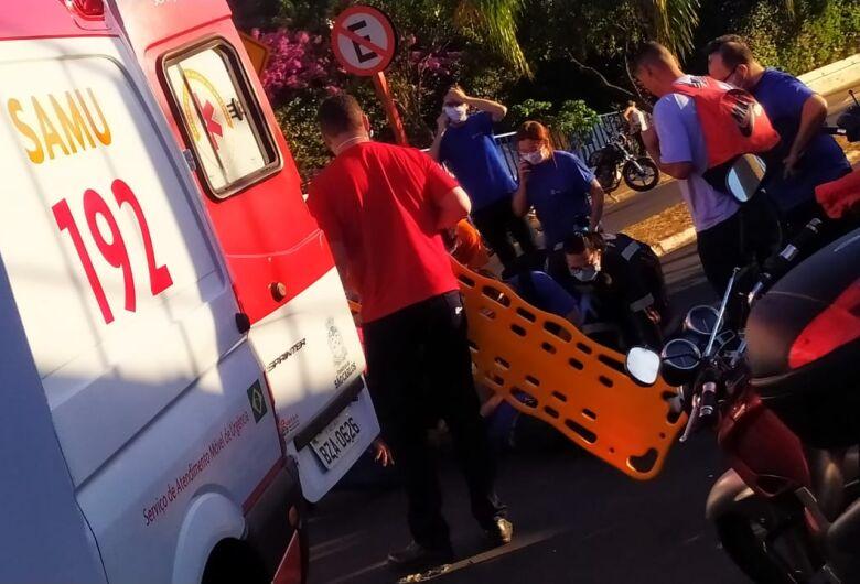 Motociclista é atingido por carro na frente da Electrolux