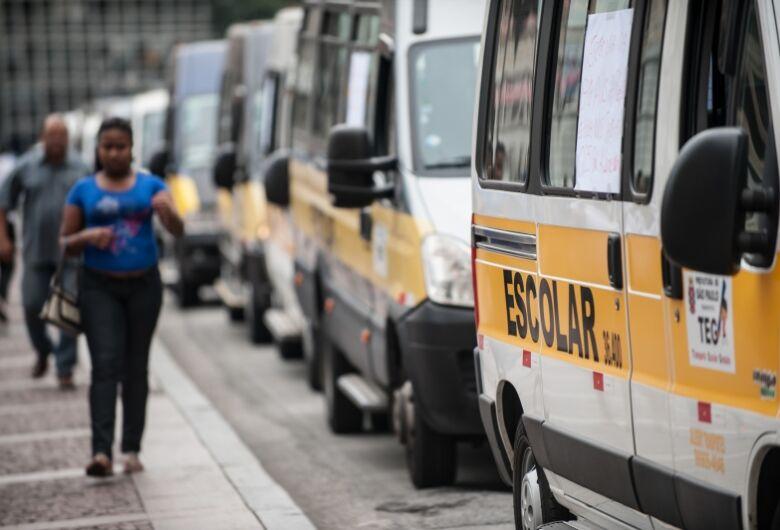 Em dificuldades, motoristas de transporte escolar realizam bazar