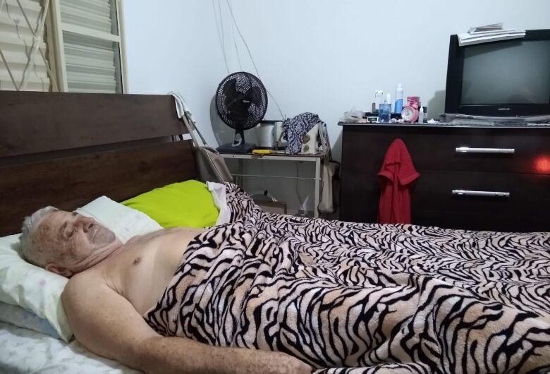 Família diz que Santa Casa não libera anestesia e aposentado sofre com dores na coluna