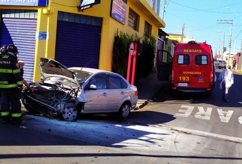 Após colisão contra caminhão, princípio de incêndio atinge veículo