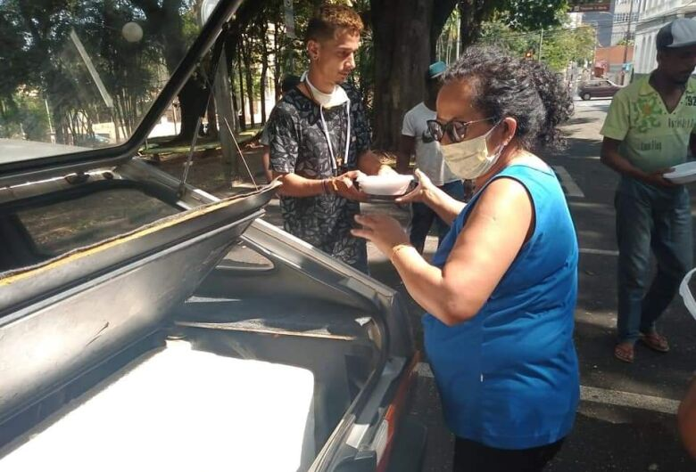 """""""Comida do Bem"""" leva alimento para 50 moradores de rua em São Carlos"""