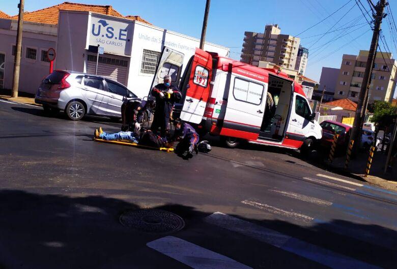 Colisão no centro deixa motociclista ferido