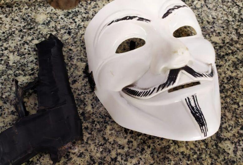 Mascarado com arma falsa tenta assaltar família no Planalto Verde