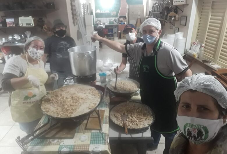 Marmita Solidária produz mais de cinco mil refeições para famílias carentes e moradores de rua