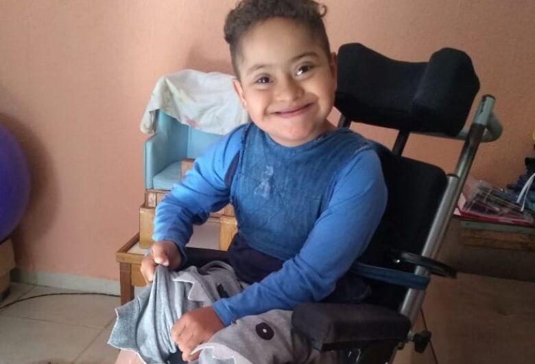 Criança são-carlense necessita de cadeira de rodas adaptada e família pede ajuda