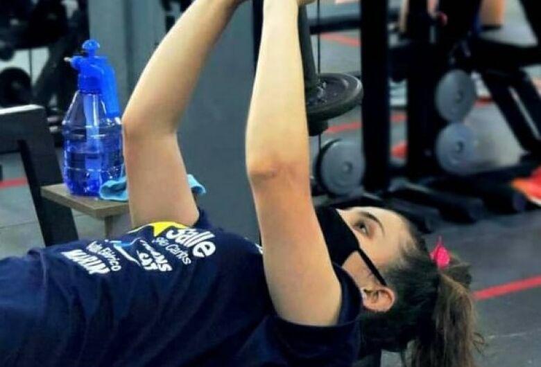 Atletas realizam atividades em academia e aguardam testes para retornarem aos treinos