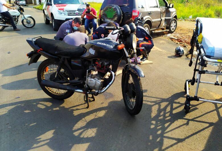 Motorista avança o PARE e causa acidente com moto na Vila Isabel