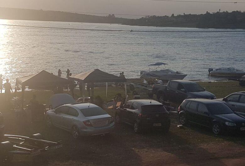 Em domingo de calor, represa do Broa fica lotada de turistas
