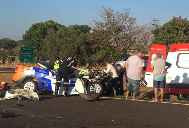 Saveiro fica destruída após bater em caminhão na rodovia SP-326