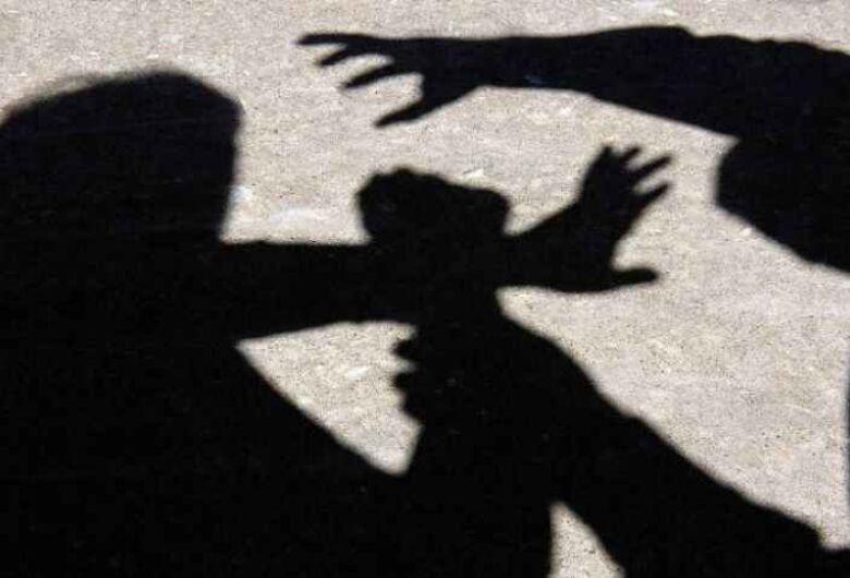 Homem é preso após agredir mulher a pauladas em Dourado