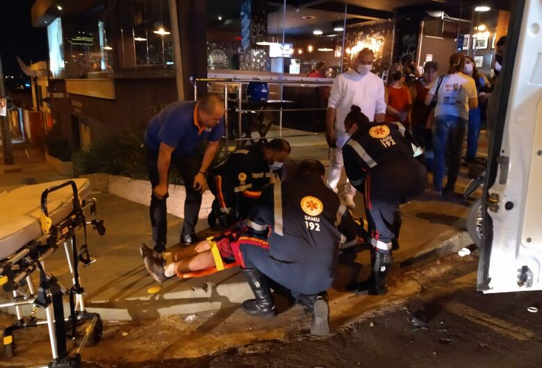 Motociclista fica ferido após sofrer acidente no Centro