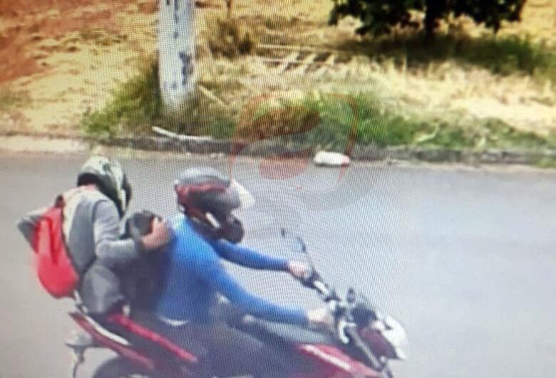 Polícia tenta localizar dupla que roubou malote com R$ 40 mil e baleou vítima em São Carlos