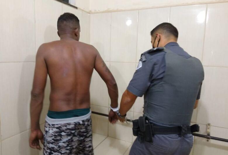 Homem é detido acusado de agredir a companheira no Aracy