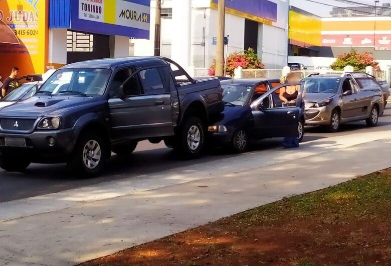 Engavetamento envolve três veículos na Getúlio Vargas