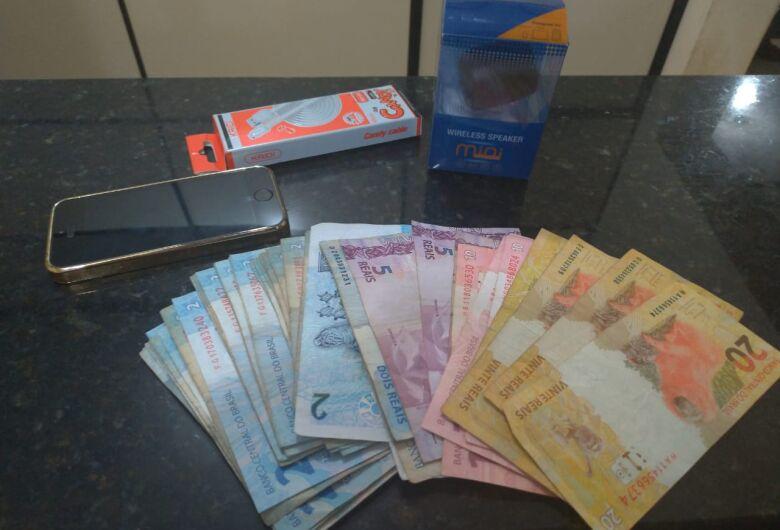 Força Tática prende acusado de assaltar loja de celulares no Centro