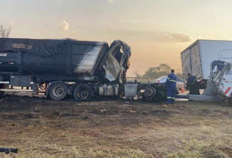 Caminhões colidem na rodovia Washington Luís e motorista sofre ferimentos graves