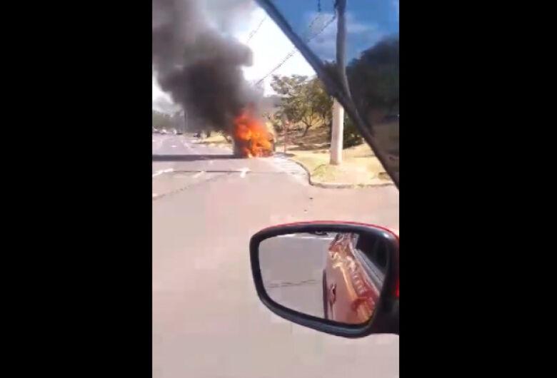 Kombi da Prefeitura pega fogo na rotatória do Cristo