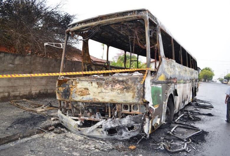 Quatro ônibus são incendiados após morte de adolescente em confronto com a PM