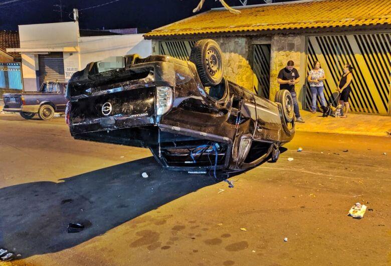 Motorista capota picape após bater em carro estacionado