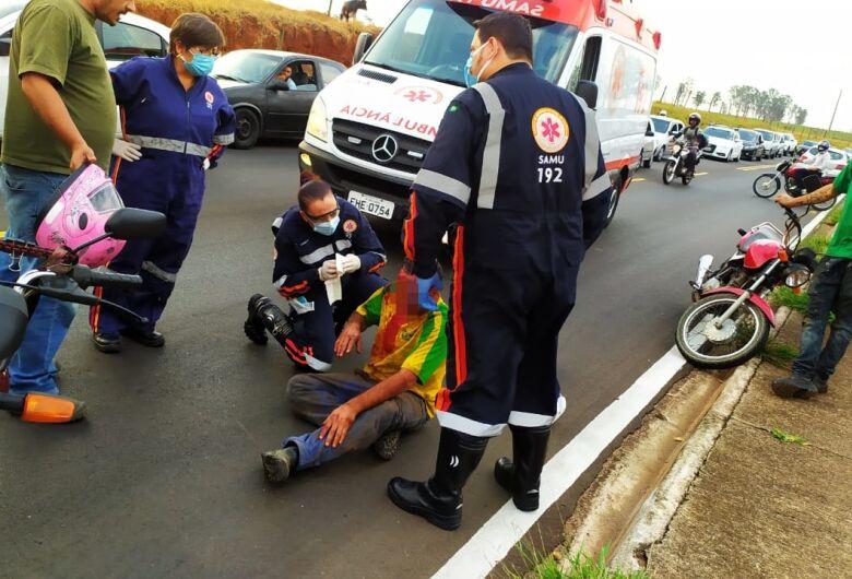Homem transtornado se joga na frente dos carros, é atropelado e agride socorrista do Samu