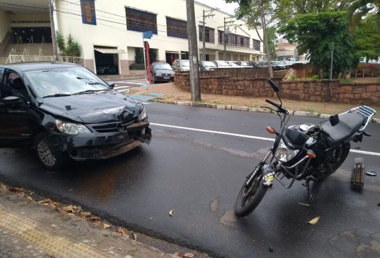 Motorista avança sinal vermelho e atinge moto no Centro