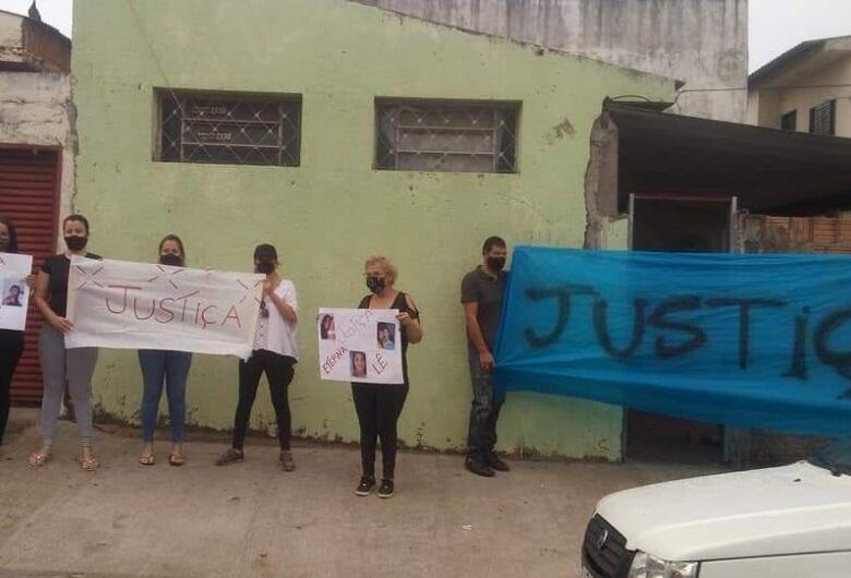 Amigos e familiares de Letícia Sobral se reúnem em protesto por justiça