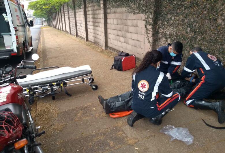 Motoboy fica ferido após sofrer queda de moto em frente a antiga Fadisc